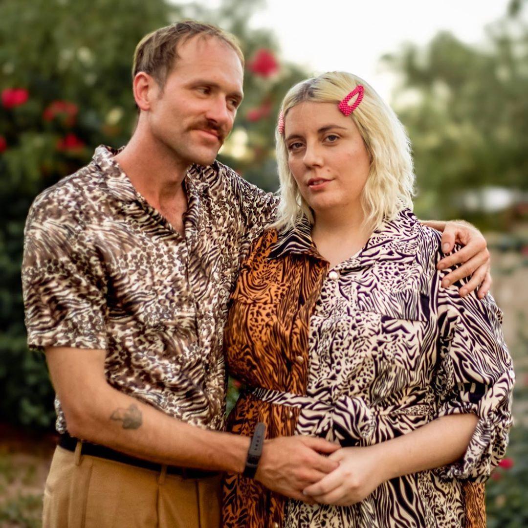 Esta pareja muestra sus exóticos trajes de estampado animal Joe