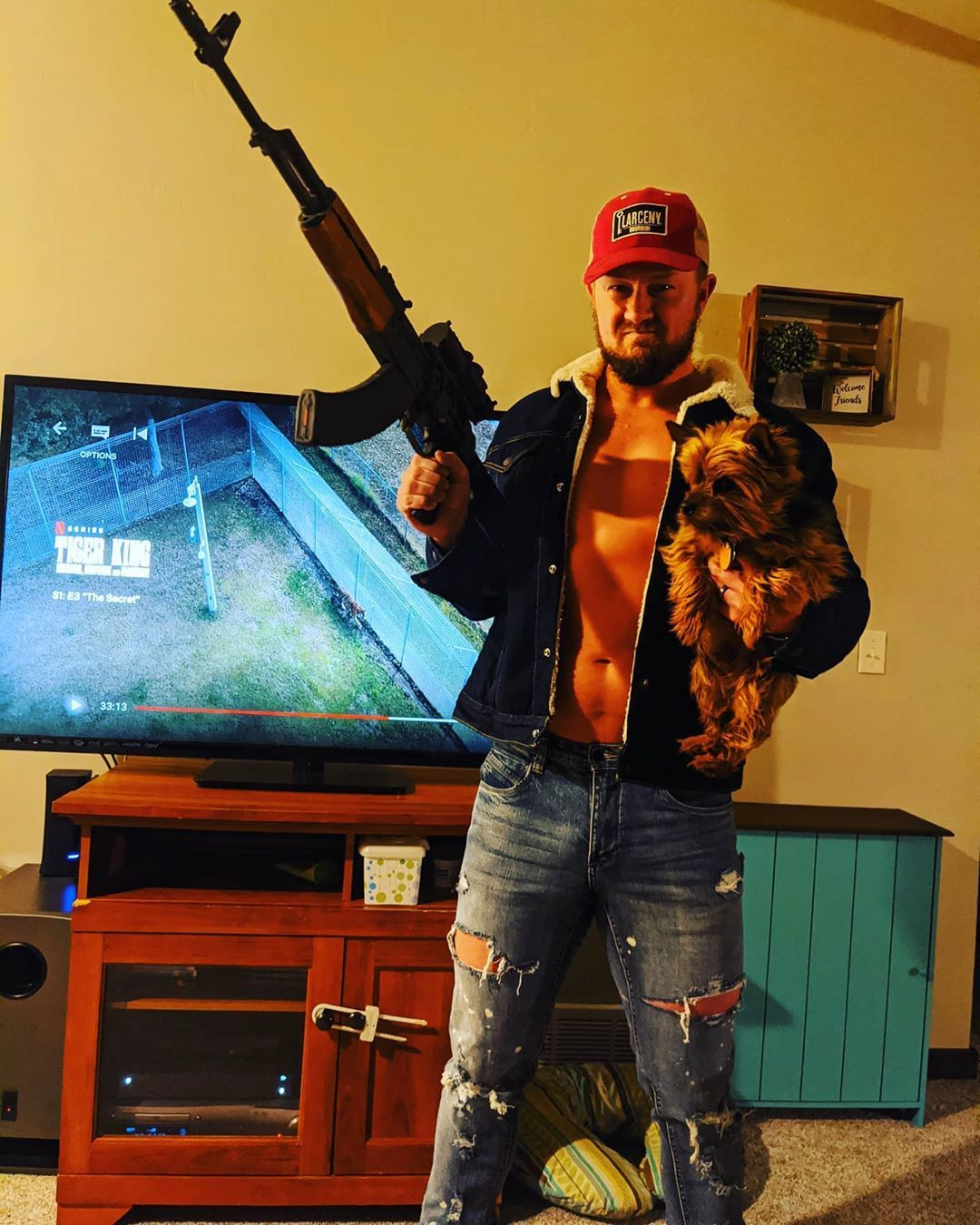 Otro fan de Tiger King muestra su pistola y su gorro de camionero