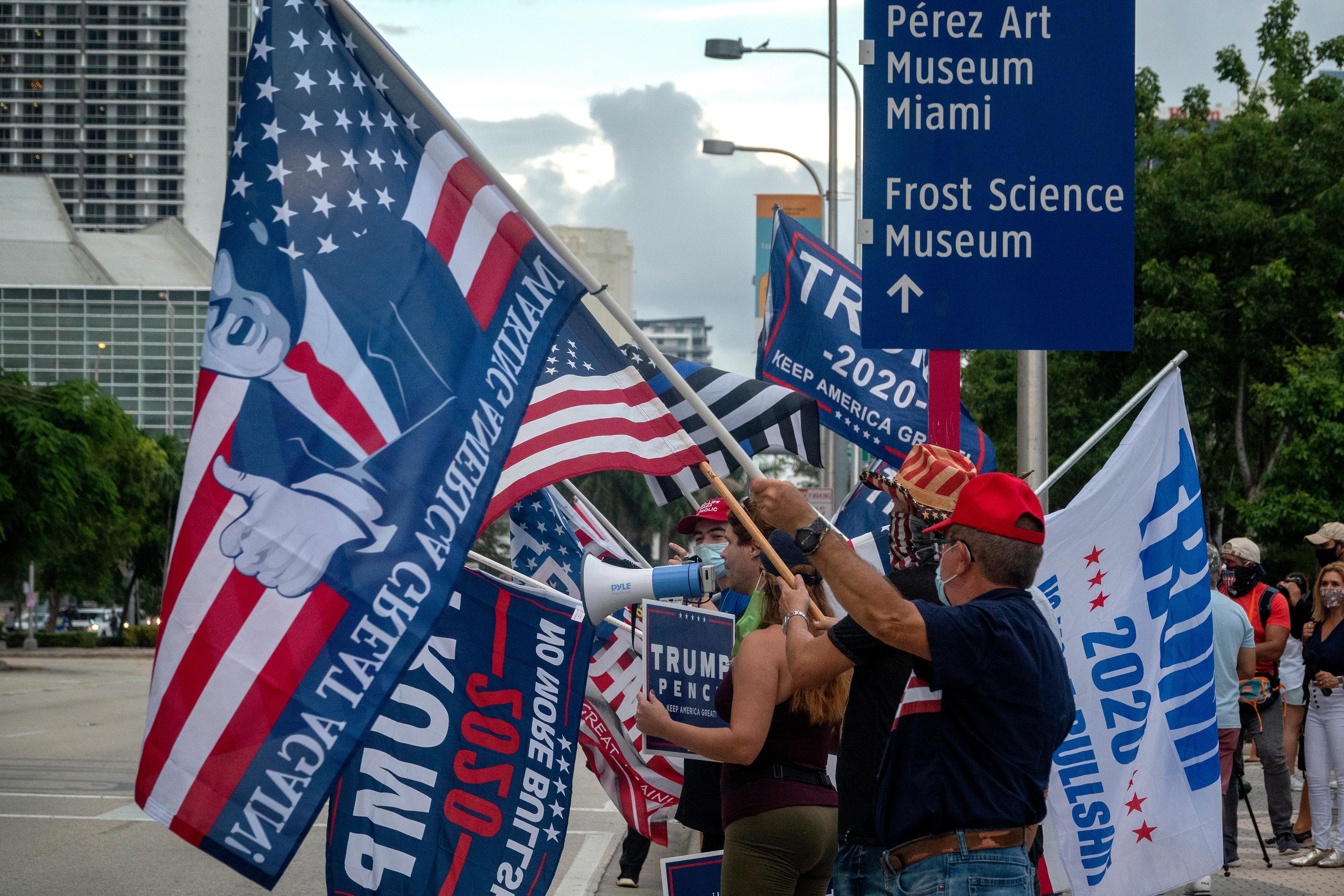 Partidarios de Trump ondean banderas de Make America Great Again en Miami