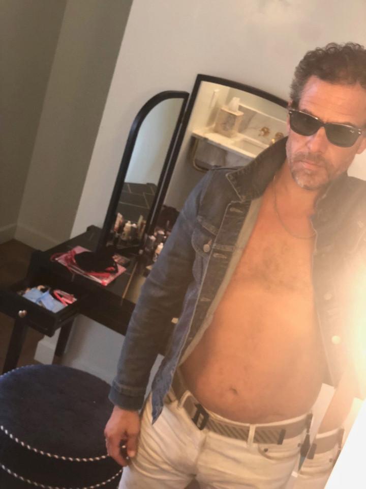 Hunter Biden posa sin camisa con gafas de sol
