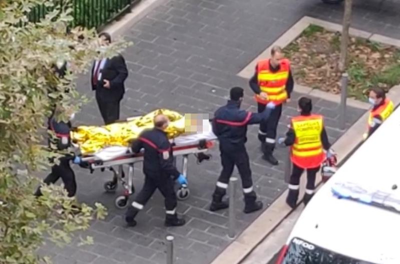 Se ve a las autoridades moviendo camilla después de los ataques terroristas del jueves