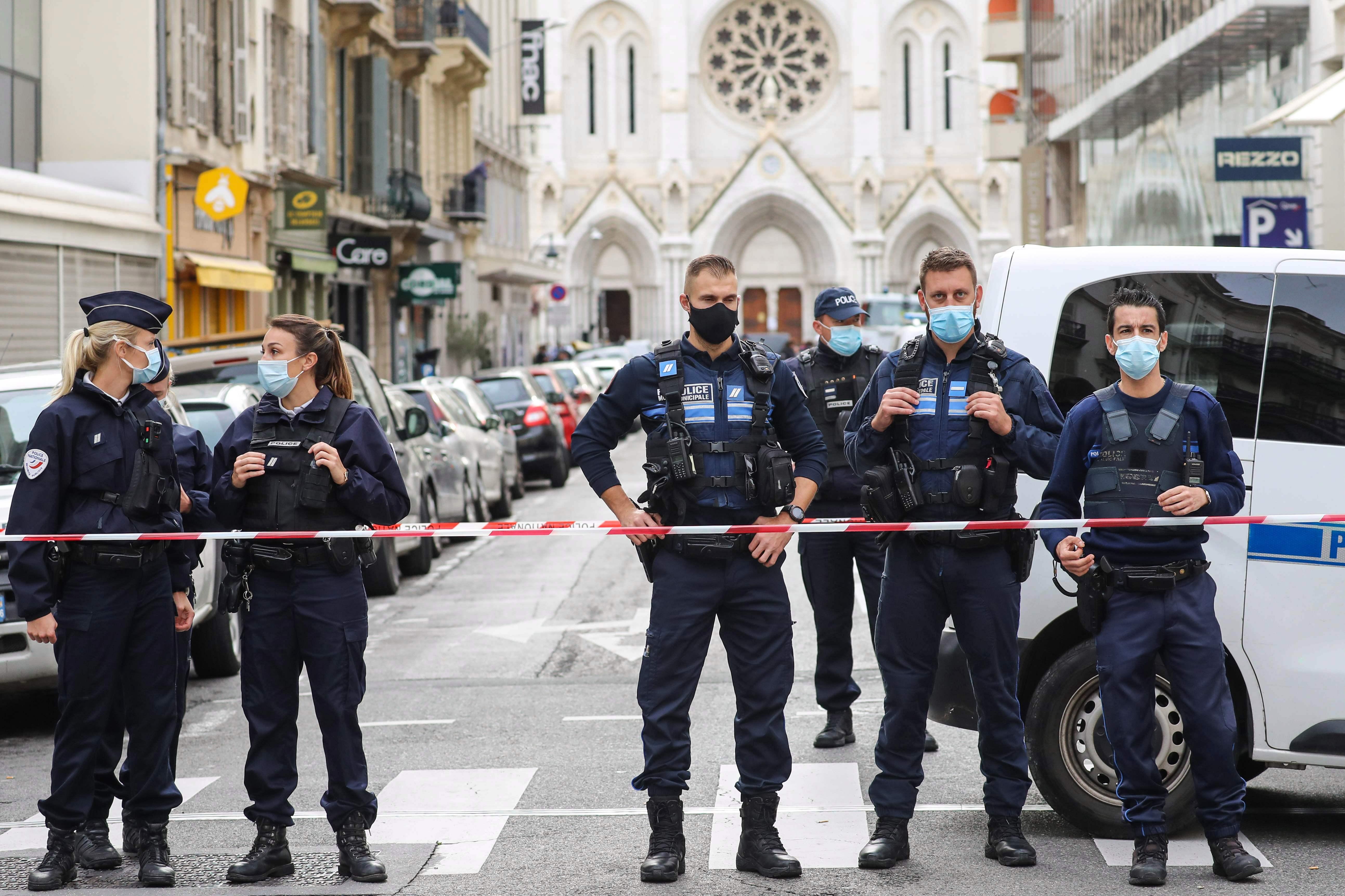 La policía bloquea Notre-Dame después de que un hombre armado con un cuchillo matara a tres personas en la iglesia