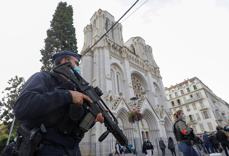 La policía es vista el jueves cerca de la iglesia de Notre-Dame en Niza
