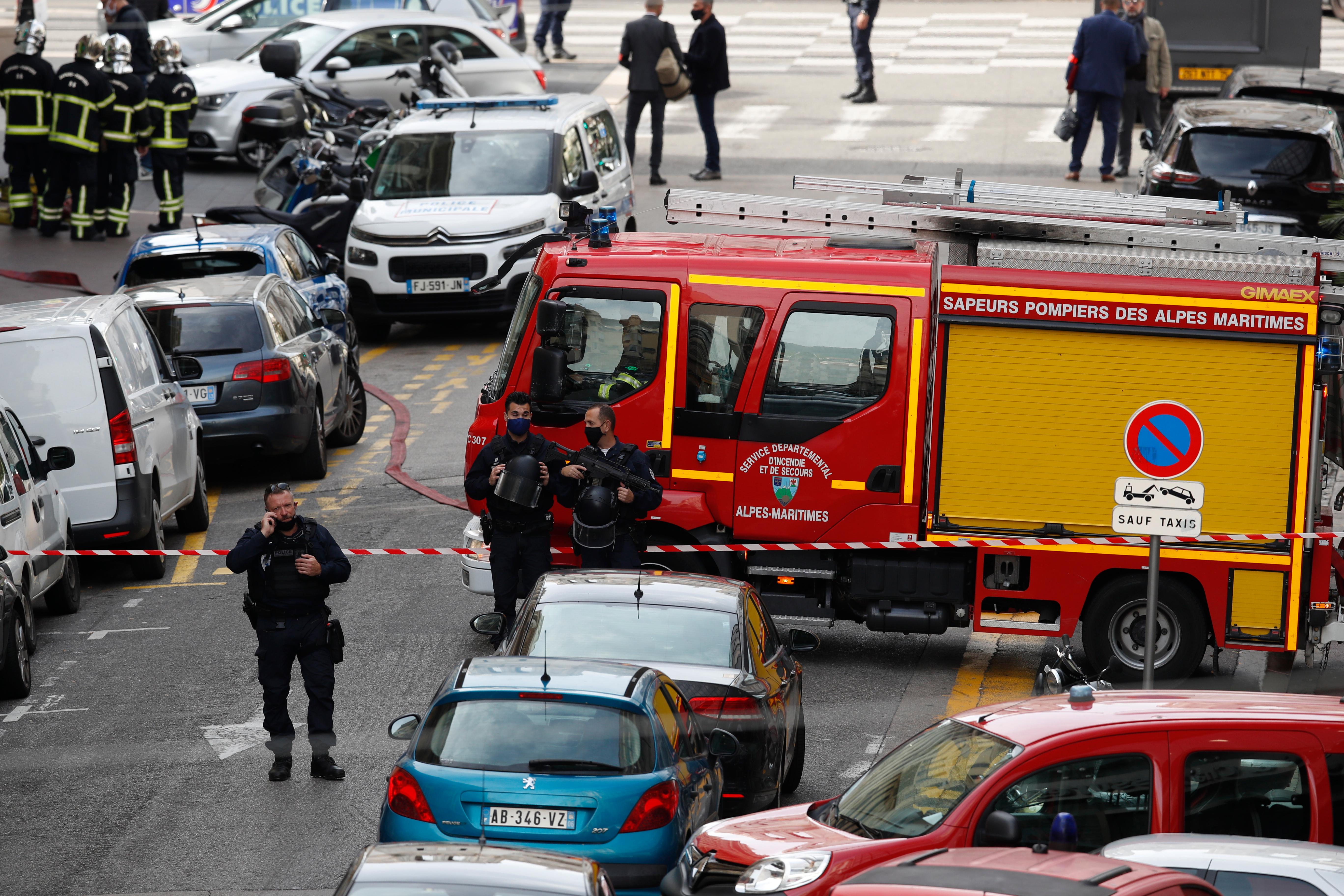 Se ve a la policía asegurando las calles en medio de ataques con cuchillos el jueves
