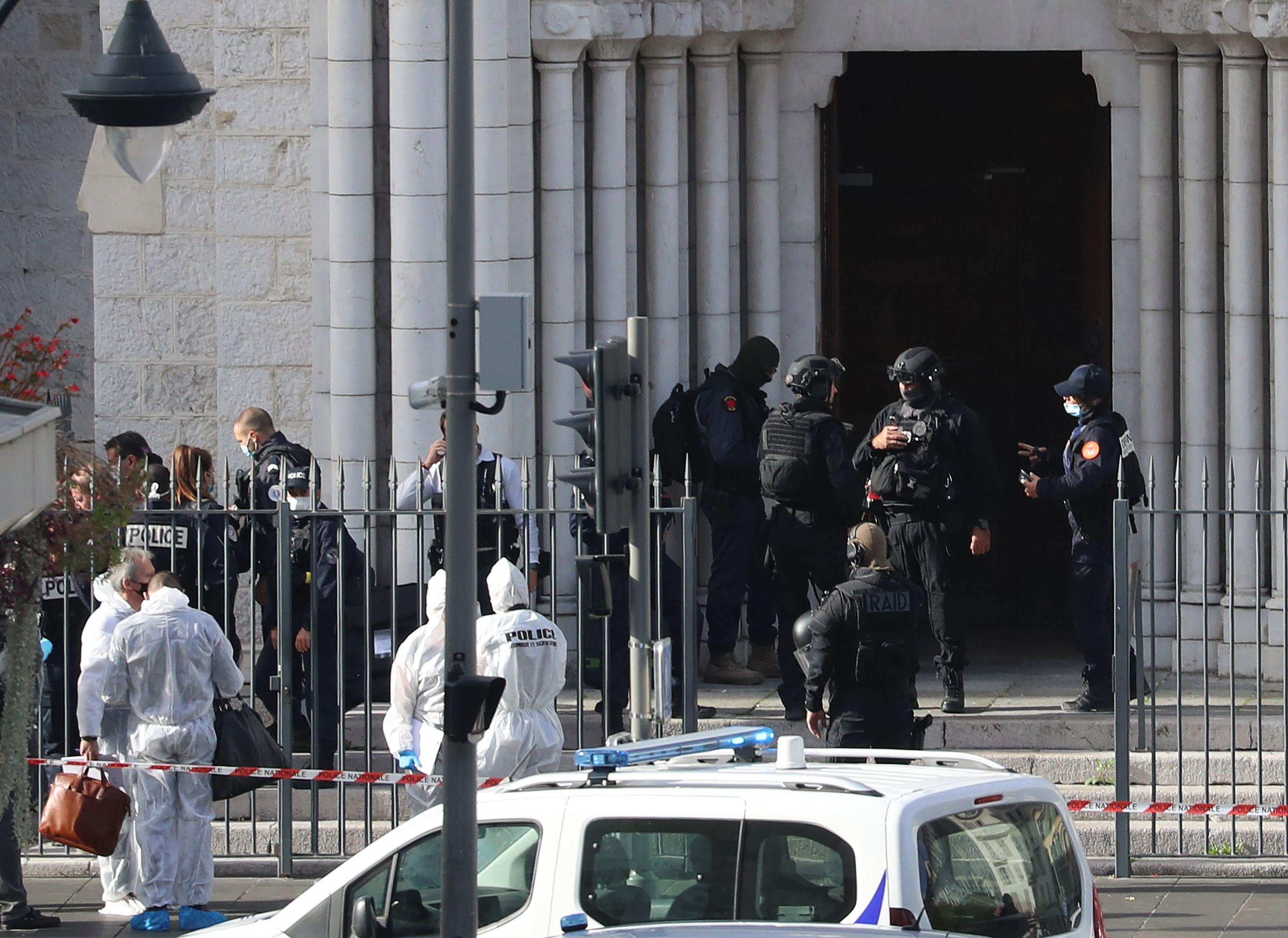 Miembros de la unidad de policía RAID ingresan a la basílica de Notre Dame para registrarla después de los ataques 'terroristas'