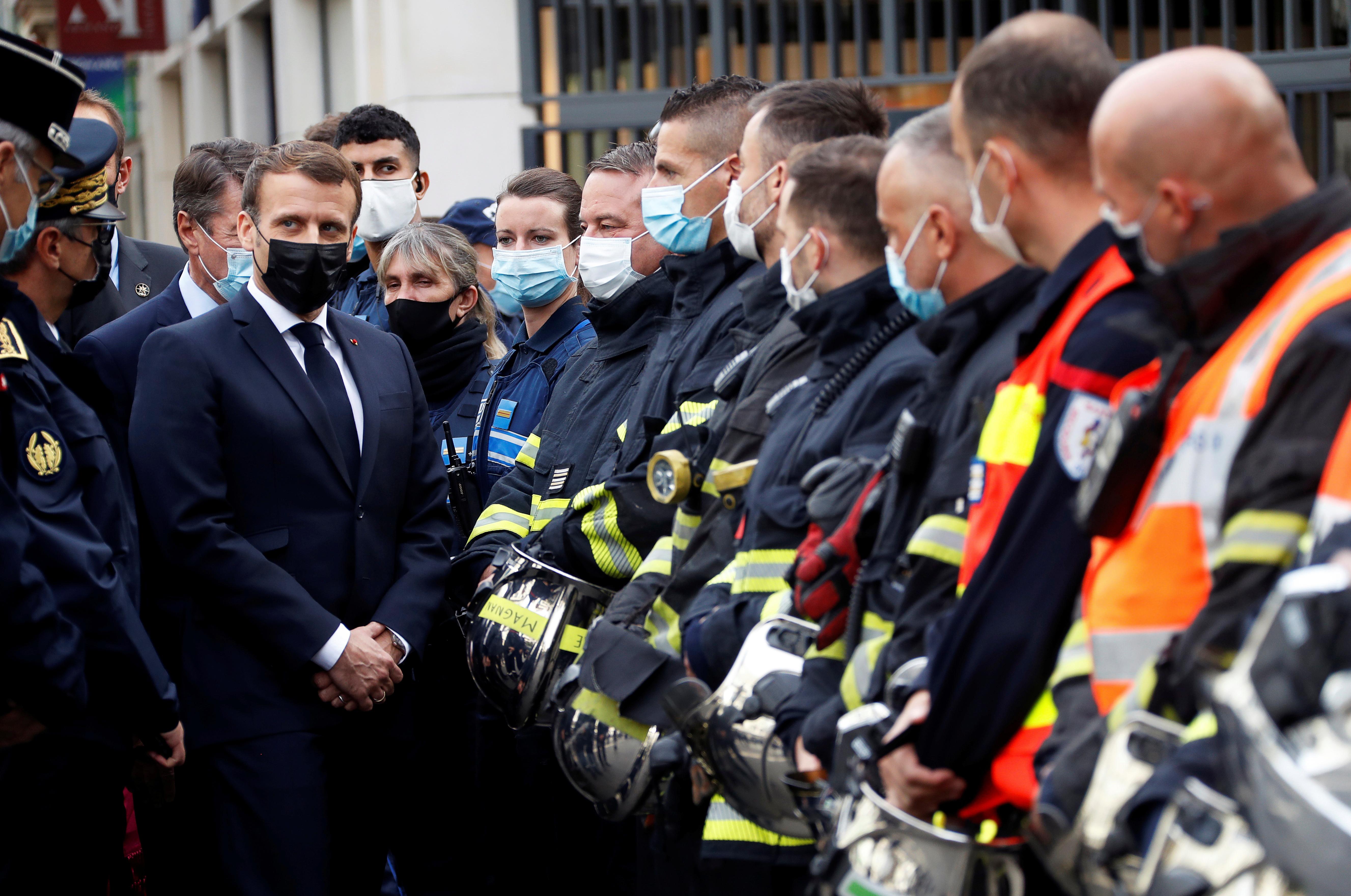 El presidente francés Emmanuel Macron se reúne con los rescatistas el jueves después de los ataques