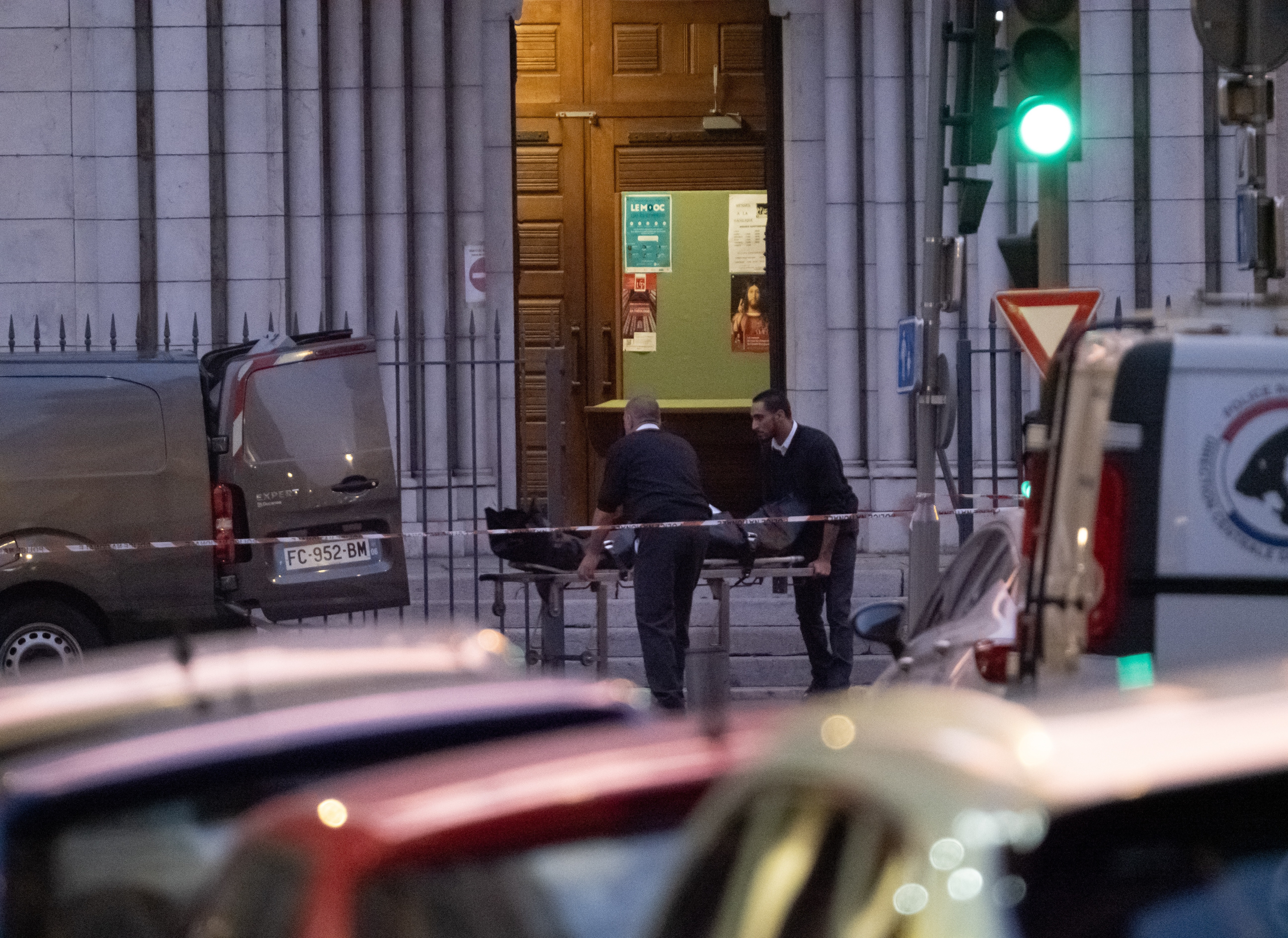 Se ve al equipo forense moviendo cuerpos de la iglesia el jueves