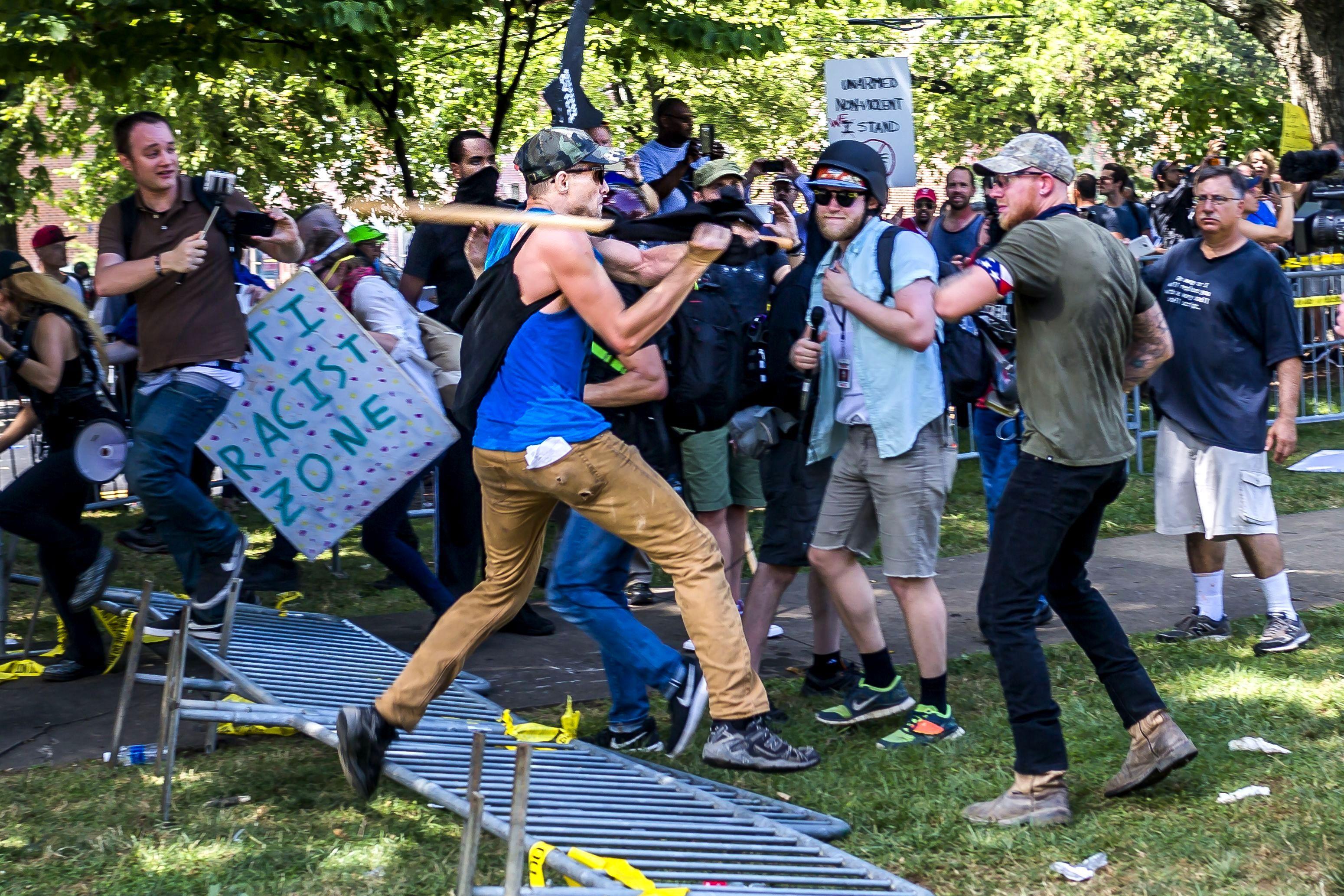 Los miembros del mitin Alt-Right chocan con los contramanifestantes en el mitin 'Unite the Right' en Charlottesville