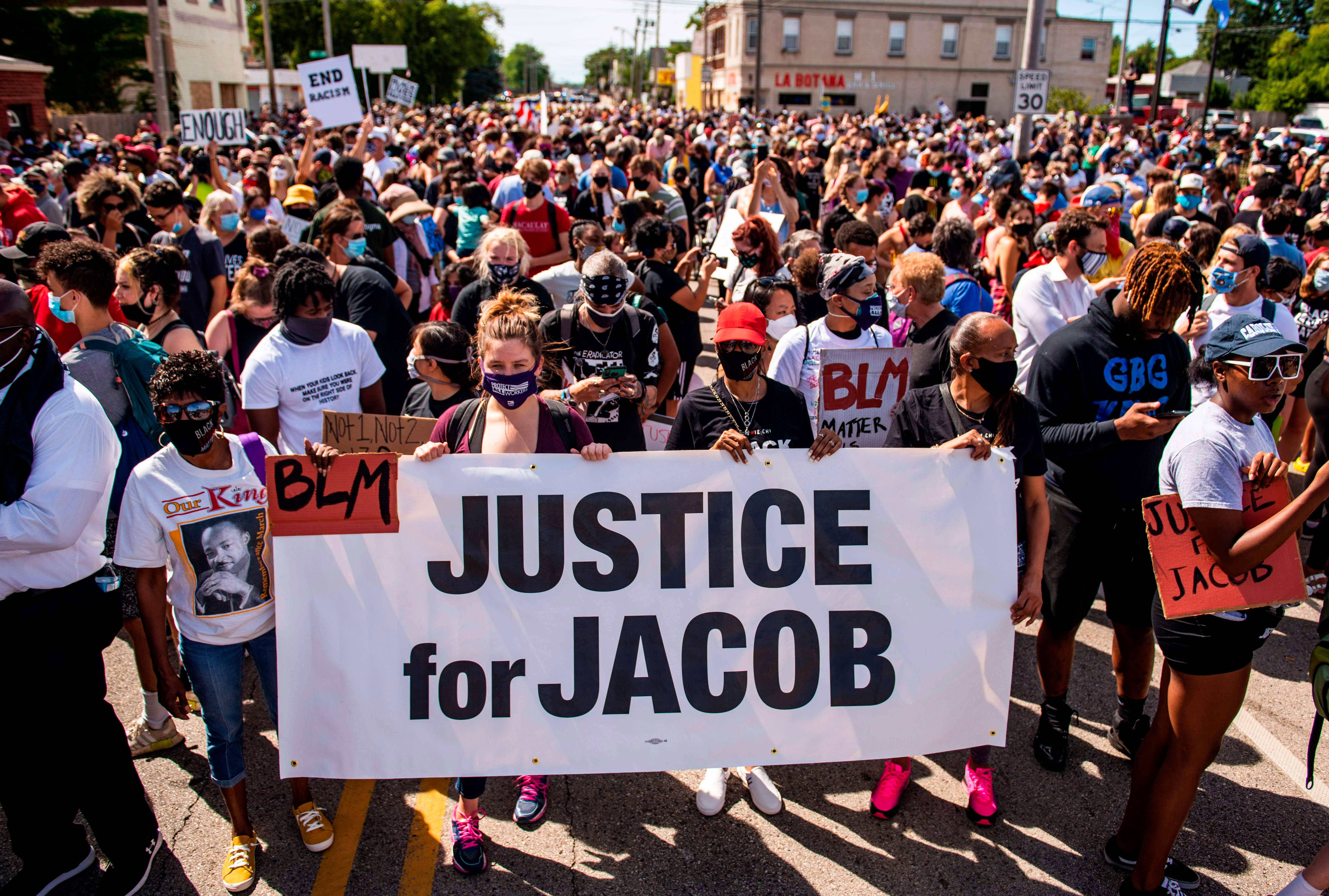 Los manifestantes marchan con la familia de Jacob Blake en una manifestación contra el racismo y la brutalidad policial en Kenosha, Wisconsin, en agosto del año pasado.