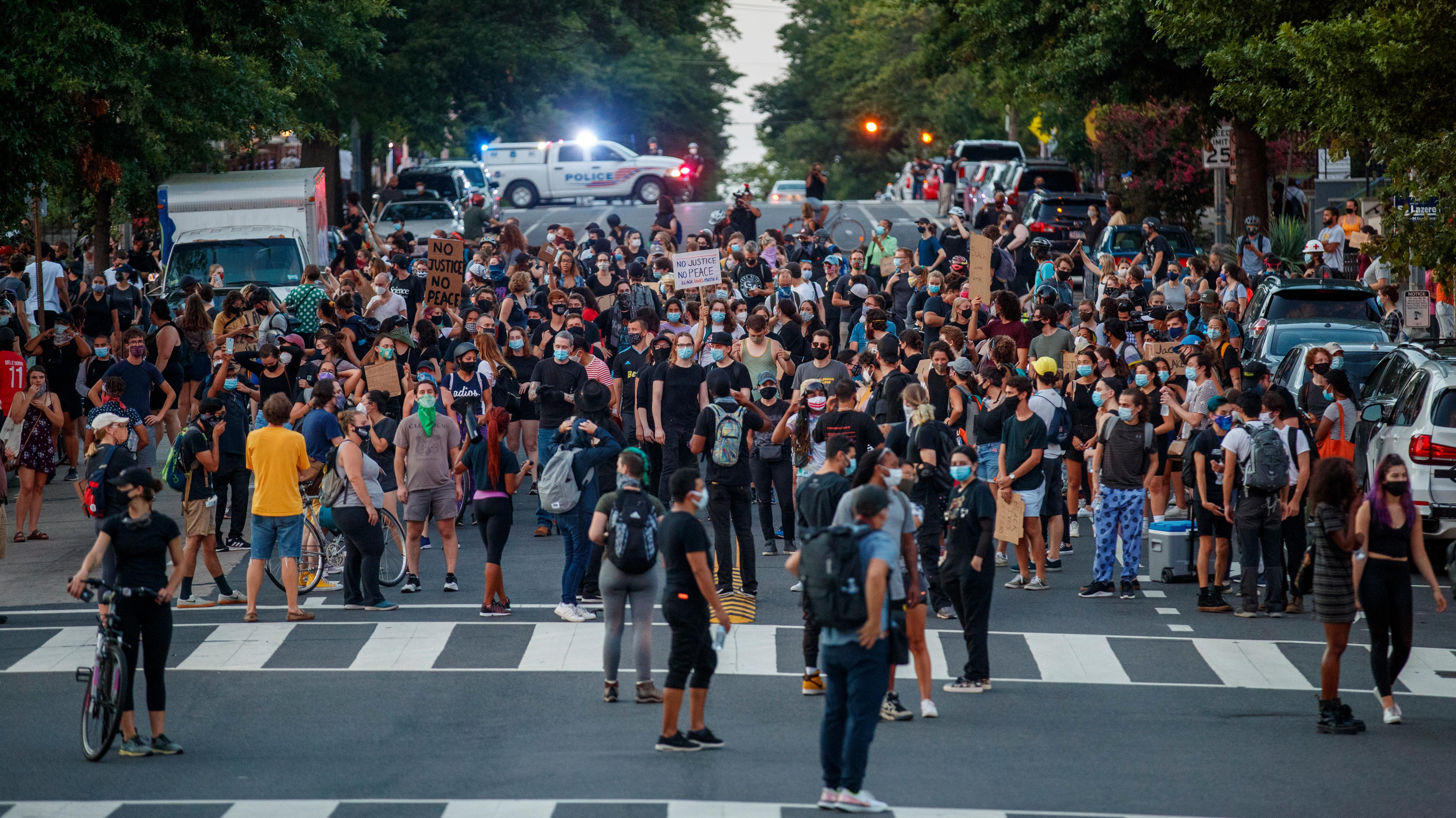 La gente bloquea el tráfico durante una protesta contra el tiroteo de Jacob Blake en Washington, DC