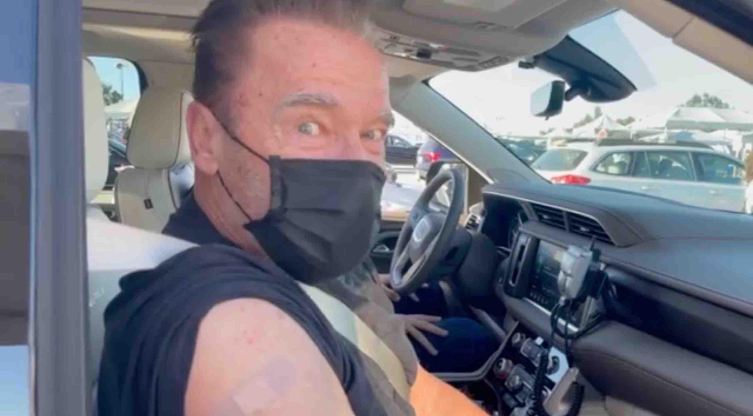 Arnold Schwarzenegger, de 73 años, recibe su vacuna Covid en un centro de vacunación de Los Ángeles