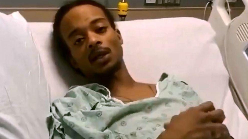 Jacob Blake entrega un mensaje desde una cama de hospital en Kenosha, Wisconsin, en septiembre del año pasado.