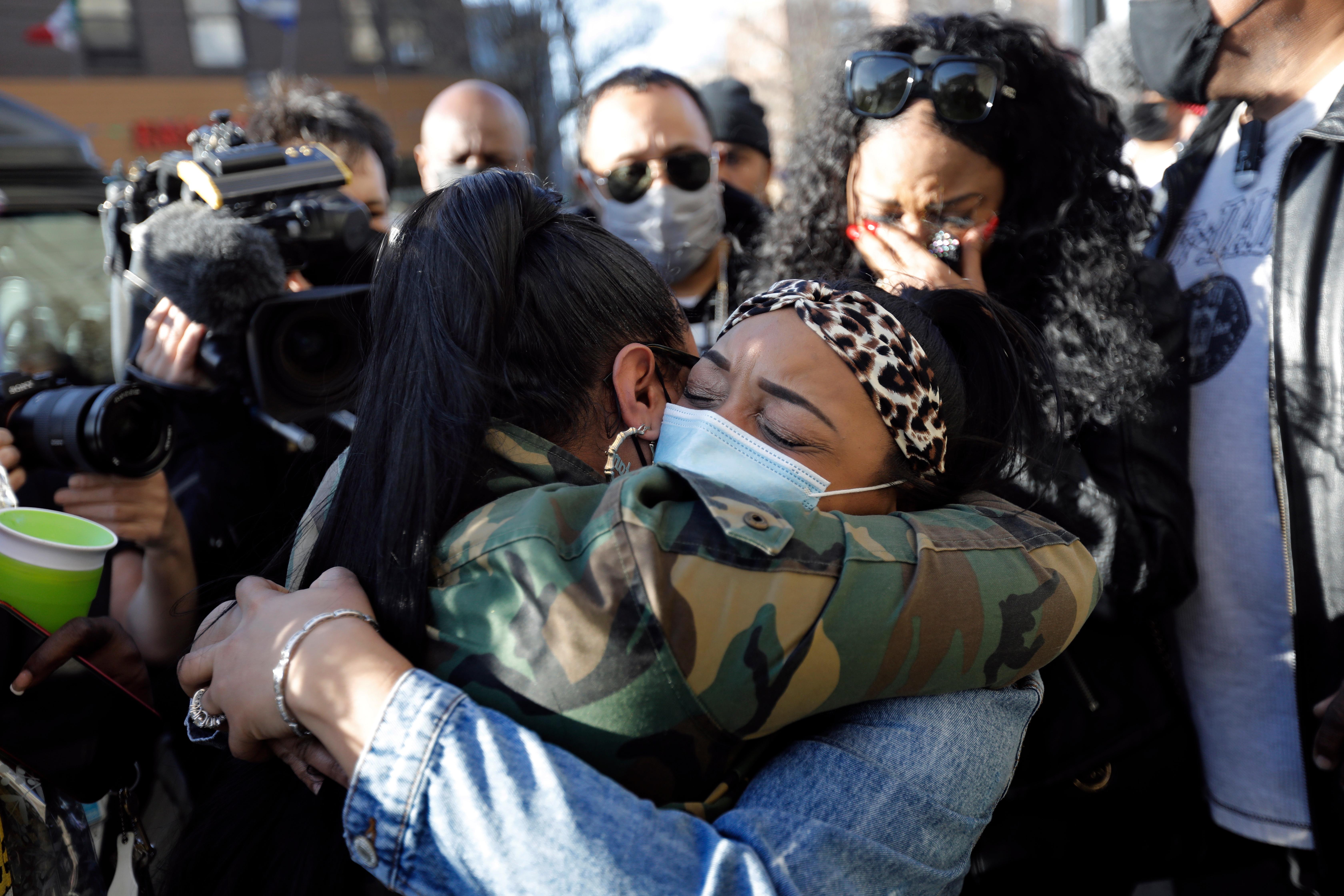 La prometida de DMX Desiree Lindstrom (derecha) es besada después de una vigilia de oración fuera del Hospital White Plains en White Plains, Nueva York el lunes.