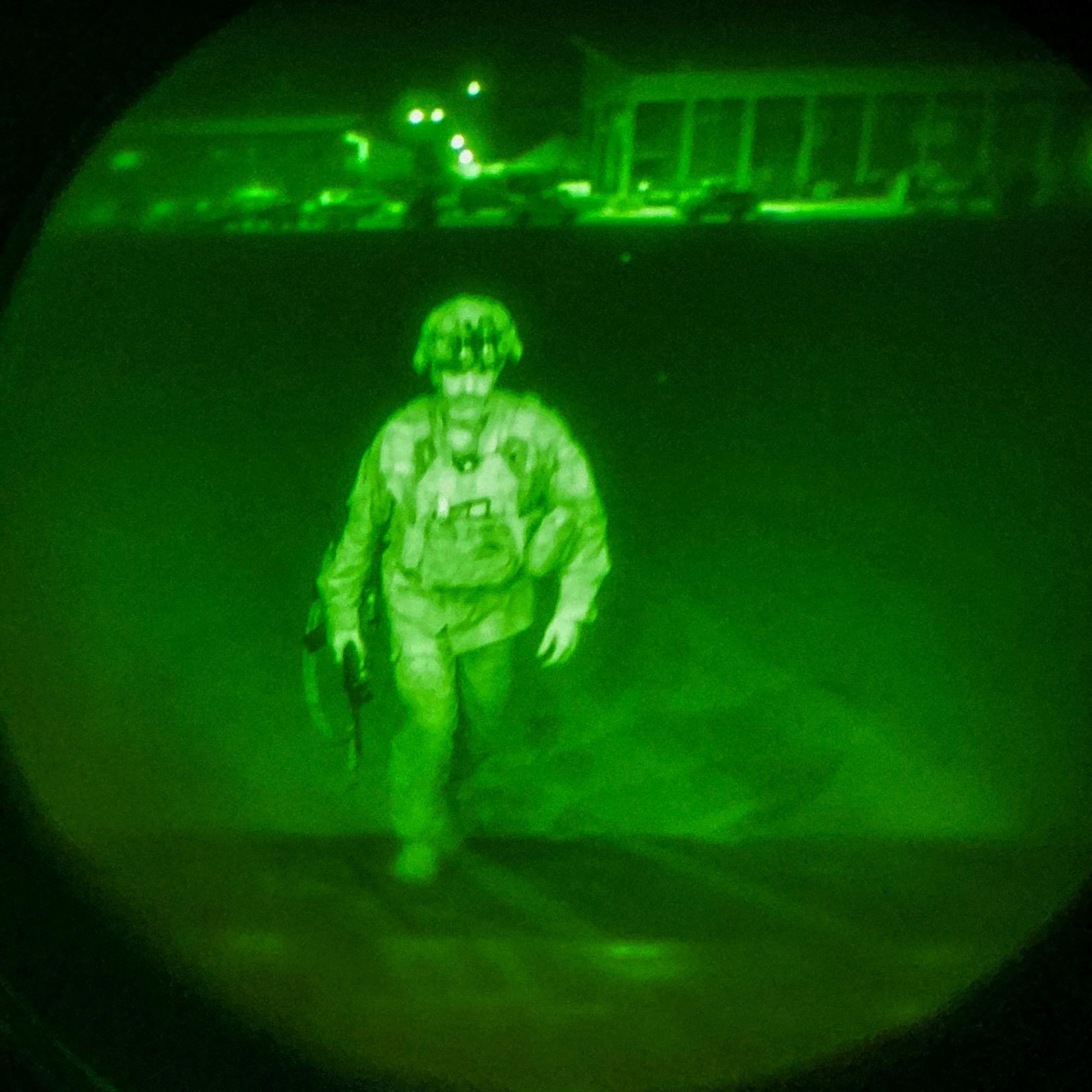 El último soldado estadounidense, el mayor general Chris Donahue, sube a un avión para salir de Afganistán